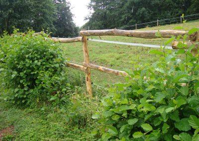 Zaun aus halbierten Robinien-Rundhölzern, entrindet