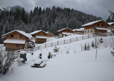 Robinien-Holz Pfähle ohne Rinde in einem Winterdorf