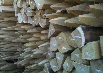 Gestapelte Robinien-Holz-Pfähle, gesägt