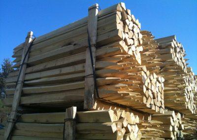 Hoch gestapelte Robinien-Holz-Pfähle, gesägt