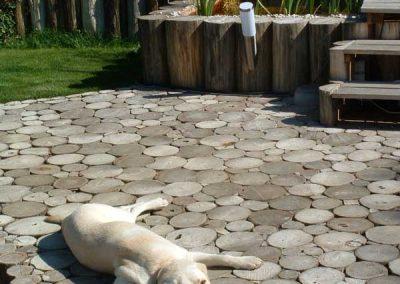 Ein Hund entspannt auf der Terrasse aus Robinien Holz