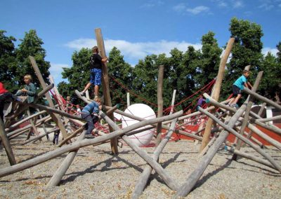 """Spielplatz """"Nist Nest"""" aus geschliffenen Robinien-Rundhölzern ohne Rinde"""