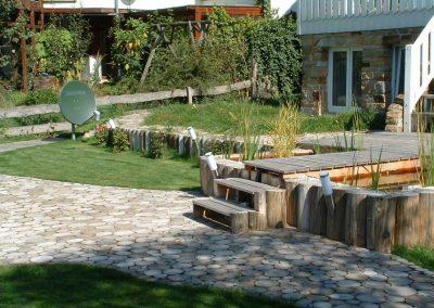Garten mit Robinien-Rundhölzern ohne Rinde und Robinien-Holz-Pflaster