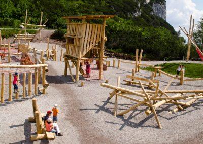 Großer Spielplatz aus Robinien-Hölzern, entsplintet und geschliffen