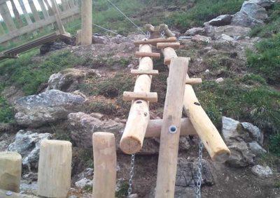 Kletterpfad aus entsplinteten Rundhölzern aus Robinie