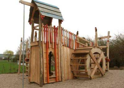 Spielplatz Rabenmühle aus entsplinteten Rundhölzern aus Robinie