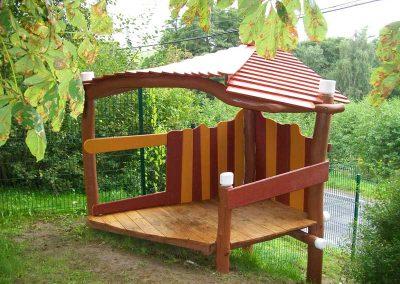 Spielhaus aus entsplinteten Rundhölzern aus Robinie