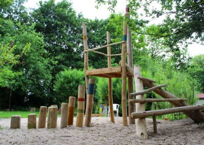Spielplatz aus entsplinteten Rundhölzern aus Robinie